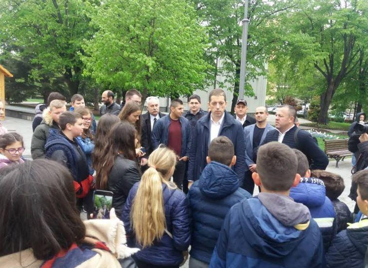 Beograd: Đurić dočekao decu iz Kosovskog Pomoravlja