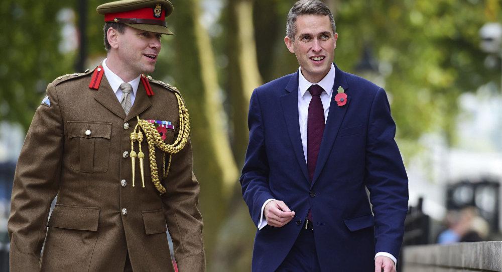 Tereza Mej smenila britanskog ministra odbrane