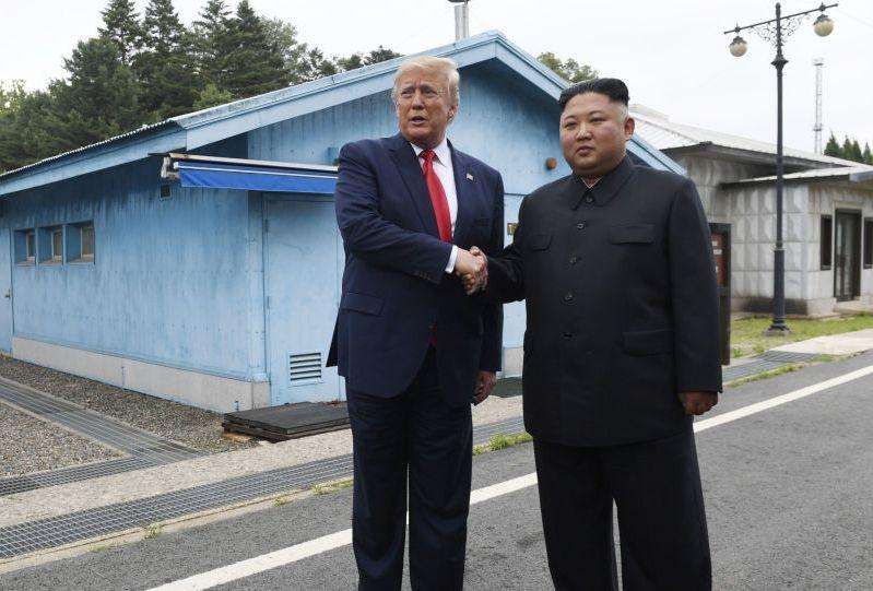 Tramp i Kim se rukovali u demilitarizovanoj zoni Korejskog poluostrva VIDEO