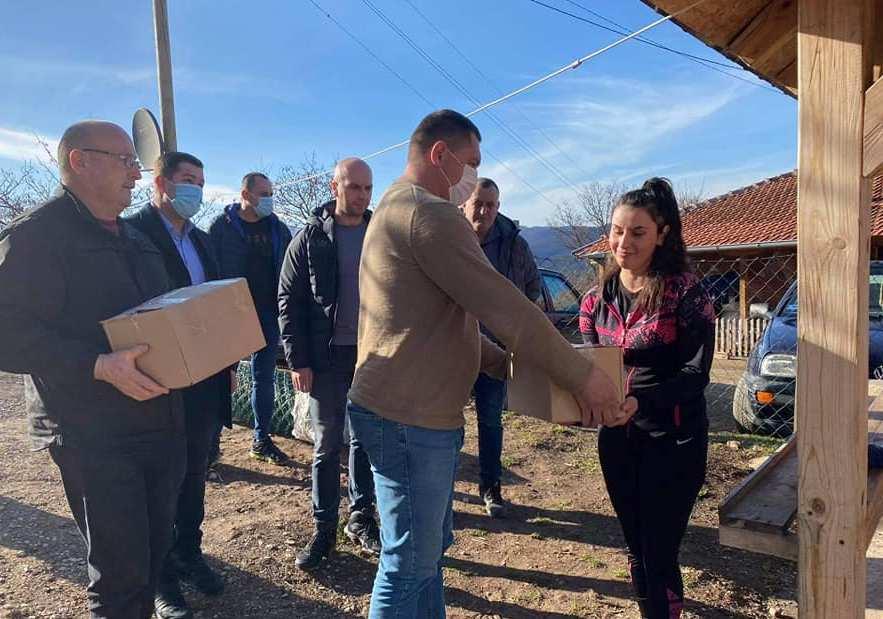 Simić i Todić obišli tri porodice u  Vračevu