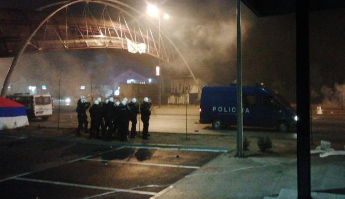 PG:Policija suzavcem na građane koji su čuvali trobojku