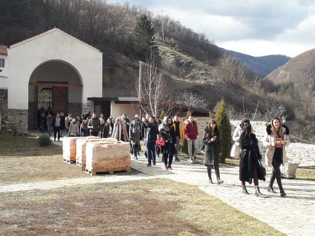 Studenti sa domaćinima na KiM obišli manastir Banjska i Rajsku banju