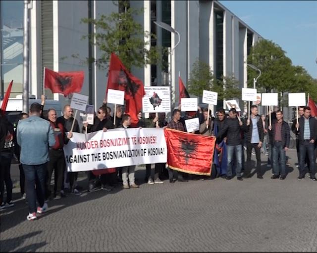 Protest protiv promene granica KiM,uz zastave Velike Albanije