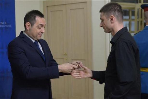 Ministar Vulin uručio ključeve stanova pripadnicima MO i VS