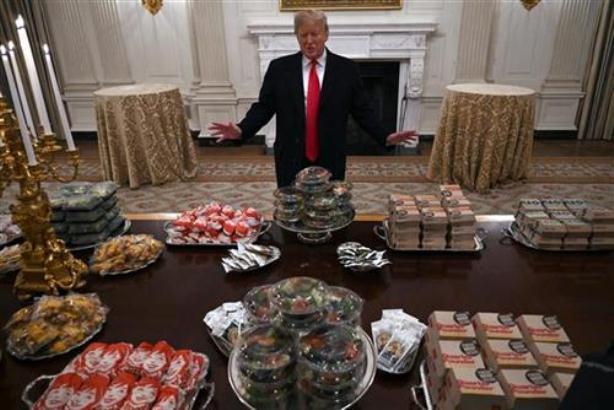 Trampova gozba zbog blokade - burgeri, pomfrit i pica