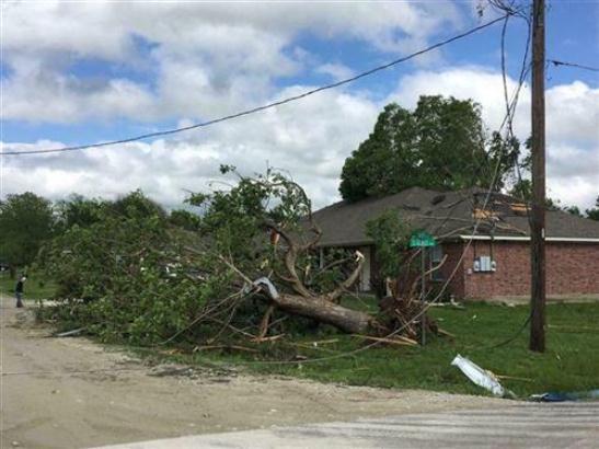 SAD: Najmanje osam mrtvih u naletu tornada