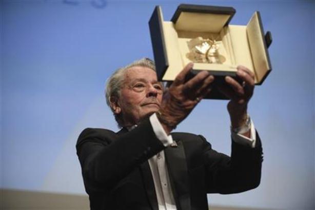 Delon primio nagradu za životno delo na festivalu u Kanu