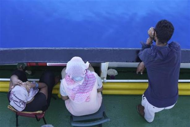Nekoliko migranata skočilo s broda, zaplivali ka Italiji