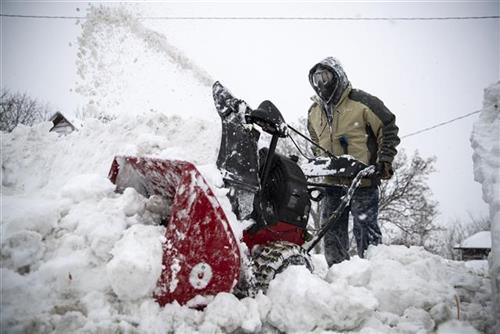 SAD: Snežna oluja zatvara škole