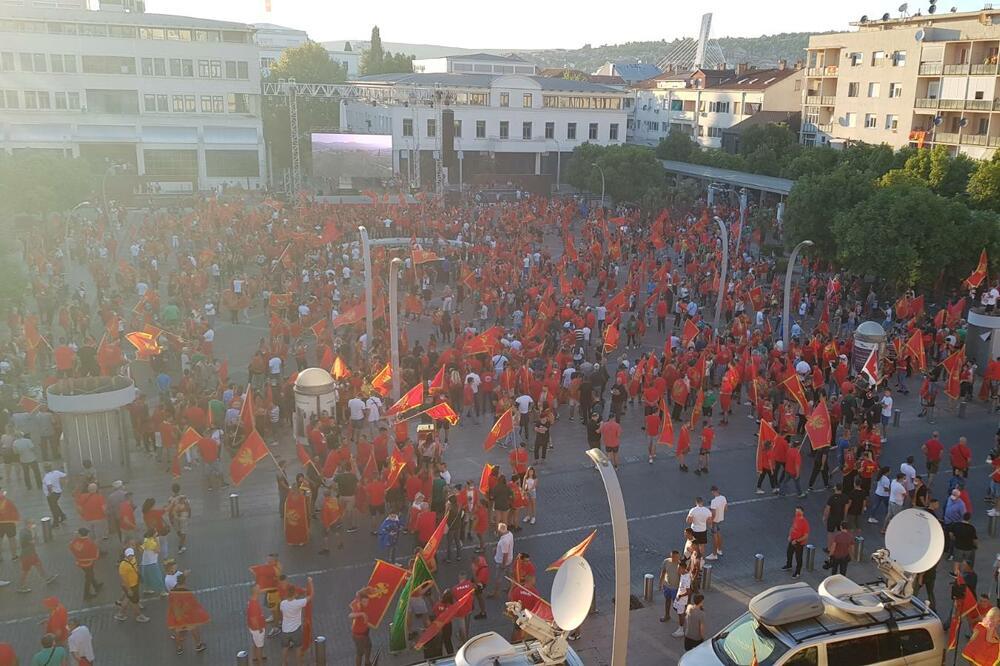 Građani se okupljaju na Trgu nezavisnosti u Podgorici