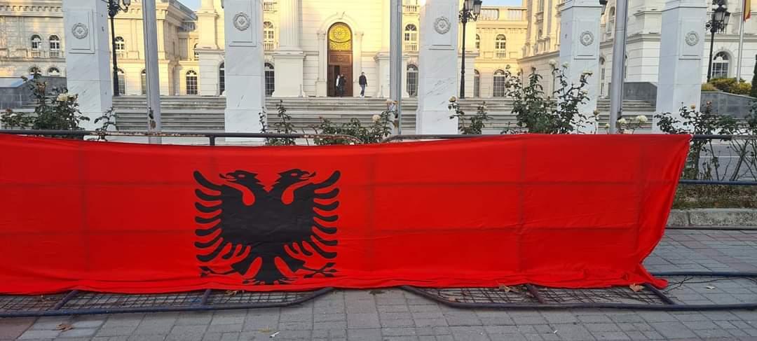 Albanska zastava ispred Vlade Severne Makedonije