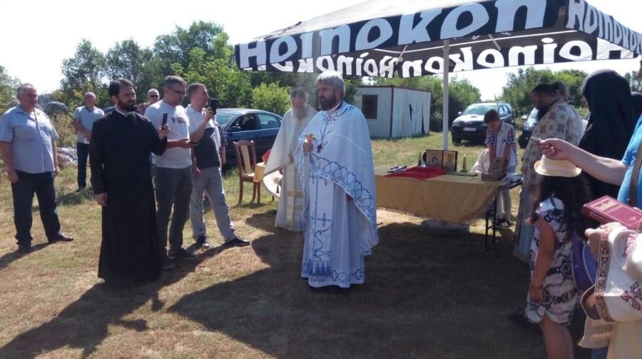 Ulcinj: Počela liturgija, ali ispred zidina hrama i bez Amfilohija