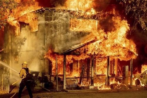 SAD: Vatrena stihija se širi, vatrogasci se povlače