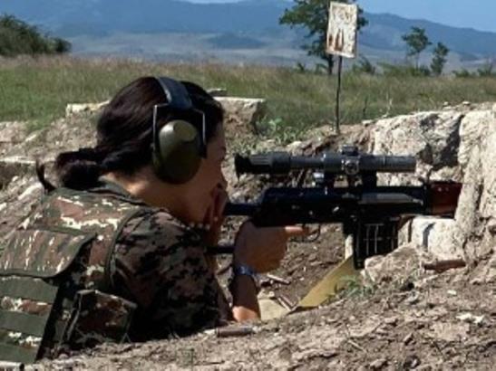 Supruga jermenskog premijera u Nagorno-Karabahu s puškom na ramenu