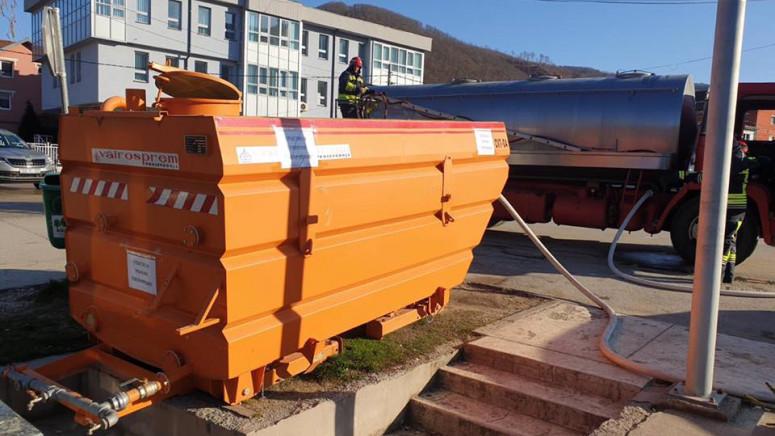 Cisterna sa sredstvom za dezinfekciju u centru Zubinog Potoka