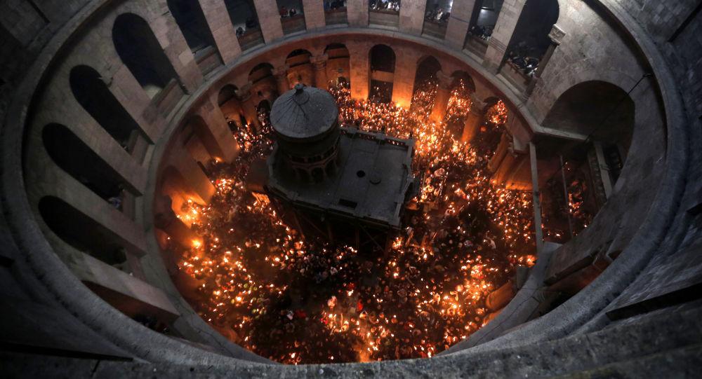 Hristos vaskrse: Blagodatni oganj sišao u Hristov grob u Jerusalimu  VIDEO