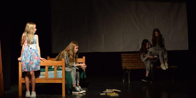 """Amaterskom pozorištu """"Janićije Popović"""" priznanje za kolektivnu igru u predstavi """"Život geto tinejdžera"""""""