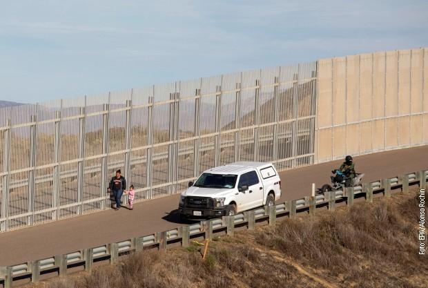 Uoči Trampovog mitinga, raste zid prema Meksiku