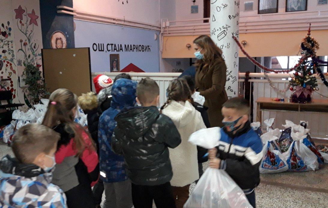 Novogodišnji i božićni paketići podeljeni deci u Prizrenu, Velikoj Hoči, Orahovcu i Štrpcu