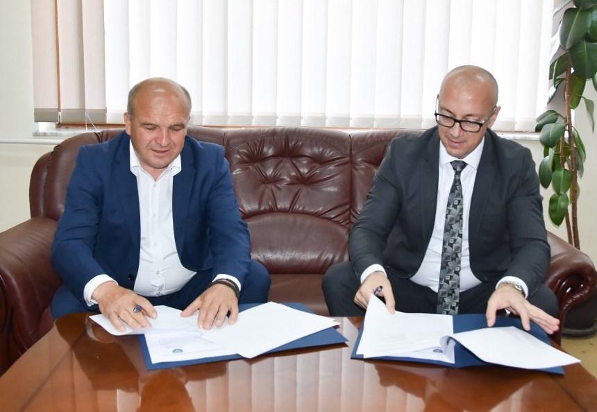 Rakić u Novom Brdu potpisao Memorandum o asfaltiranju ulica i posetio paraolimpijca Ivana Cvetkovića