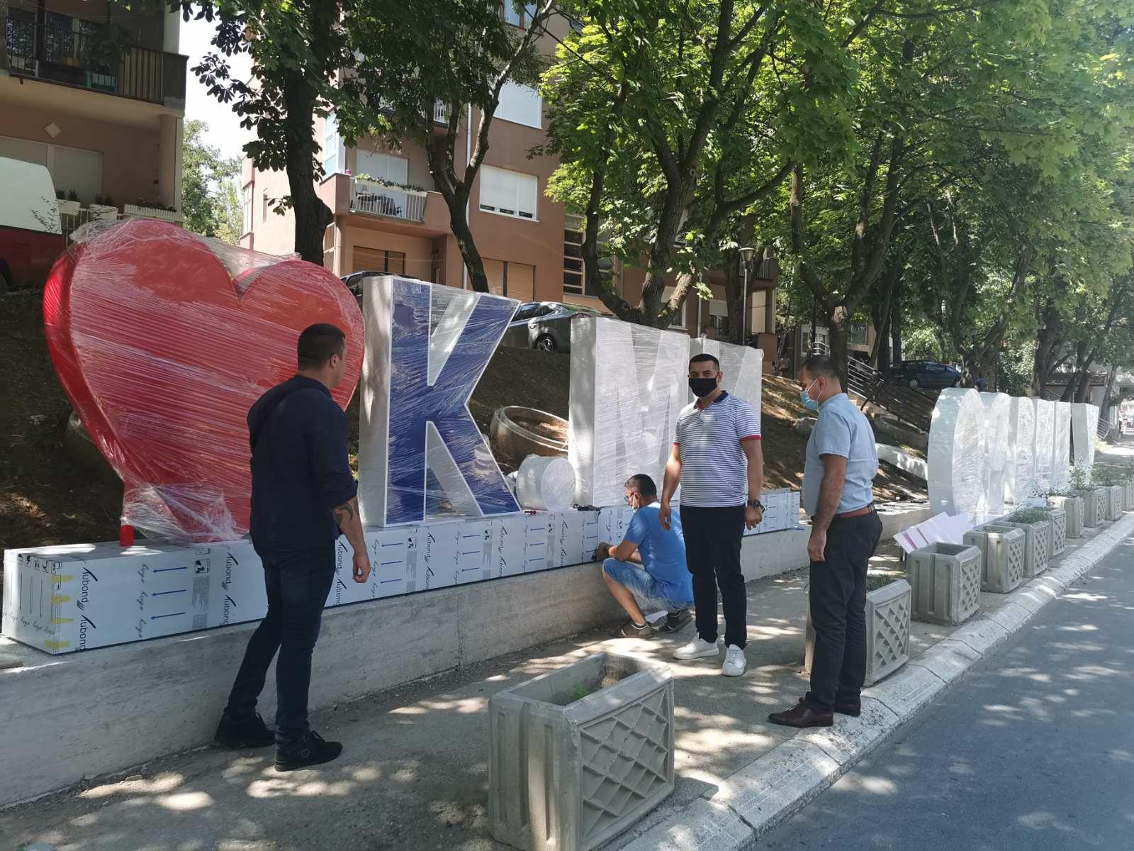 "Natpis ""Volim Kosovsku Mitrovicu"" od danas krasi grad"