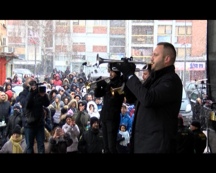 Uz trubače obeležen Badnji dan u Kosovskoj Mitrovici