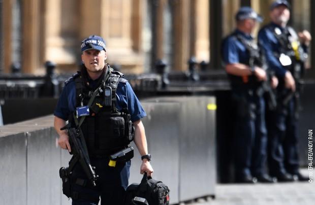 Panika u Londonu; Napadač se zaleteo kolima u automobil ukrajinskog ambasadora, policija pucala na njega