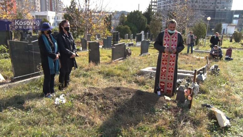Srbi na Mitrovske zadušnice na groblju u Prištini