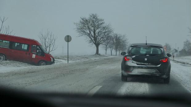 Upozorenje vozačima zbog snega i kiše, obavezna zimska oprema