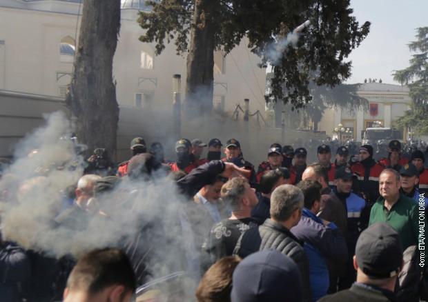 Dimne bombe u Tirani, demonstranti pokušali da uđu u parlament