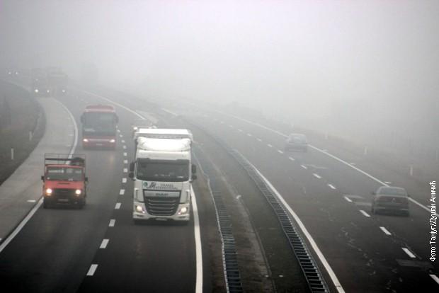 Zbog magle smanjena vidljivost na većini puteva