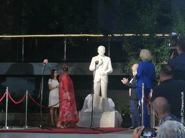 Otkriven spomenik Mići Orloviću ispred RTS-a
