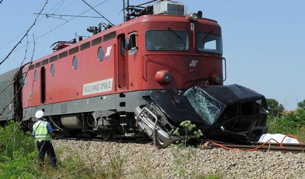 Sudar na pružnom prelazu, povređene tri osobe