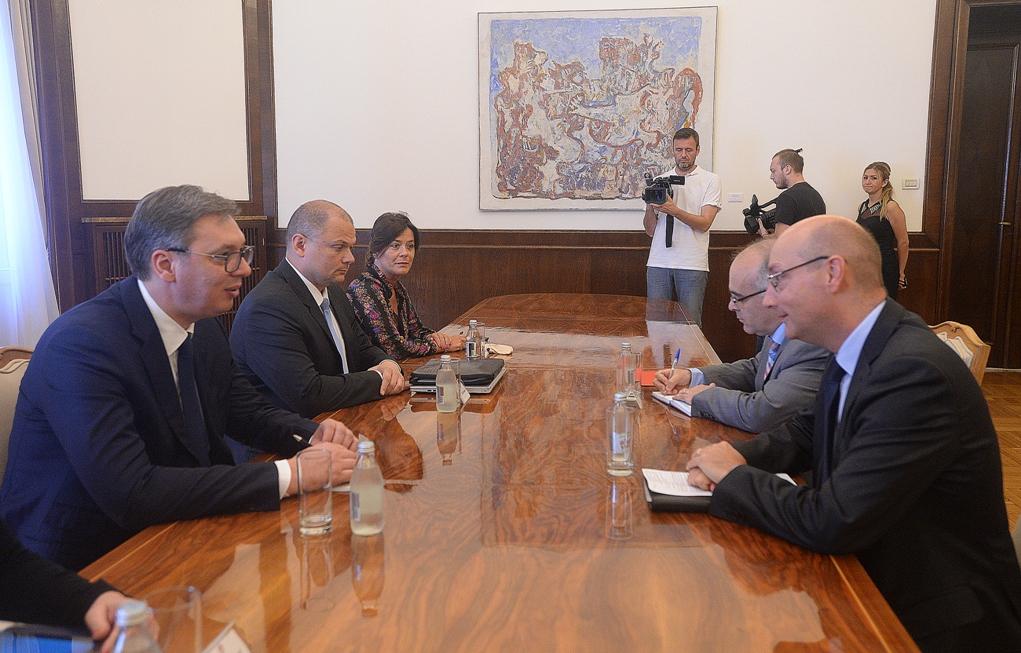 Vučić sa ambasadrom Mondolonijem o poseti Makrona