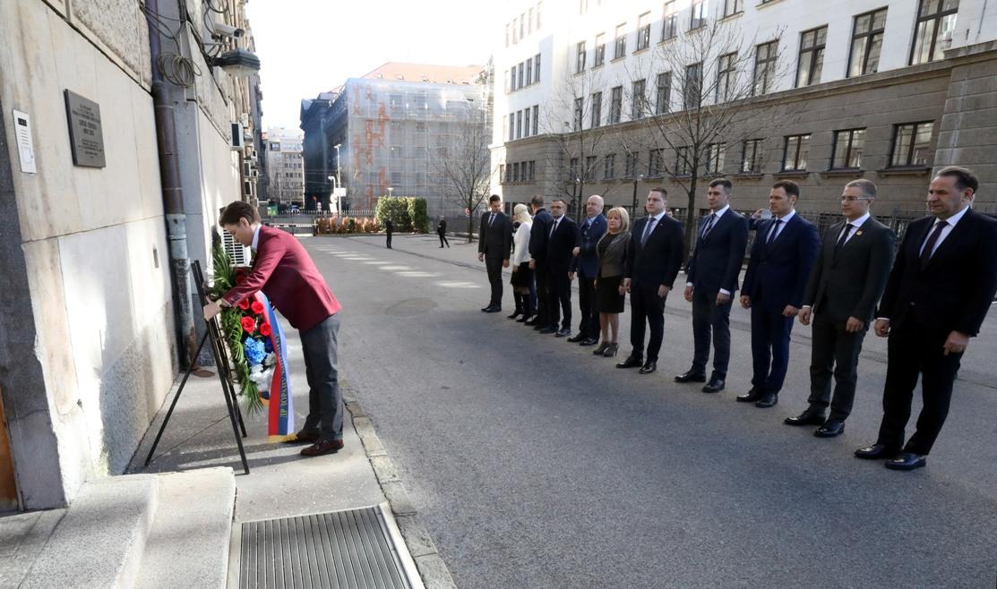 Brnabić sa članovima vlade odala poštu Zoranu Đinđiću