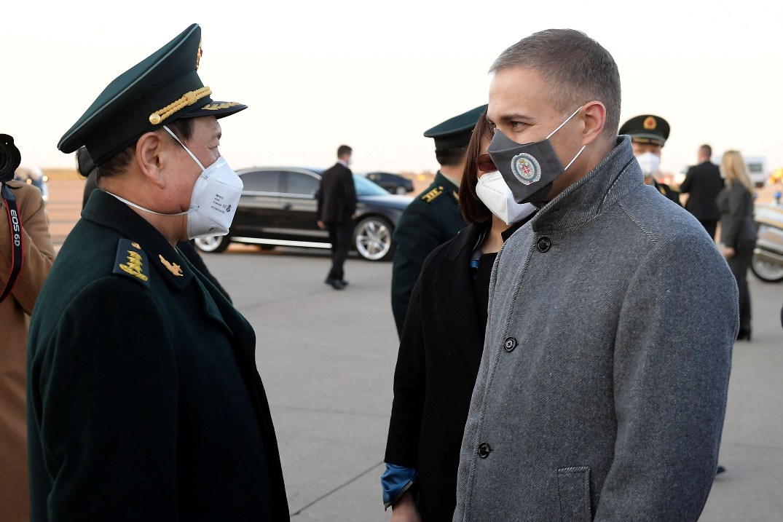 Stefanović na dočeku kineskog kolege: Čast je što ste ovde