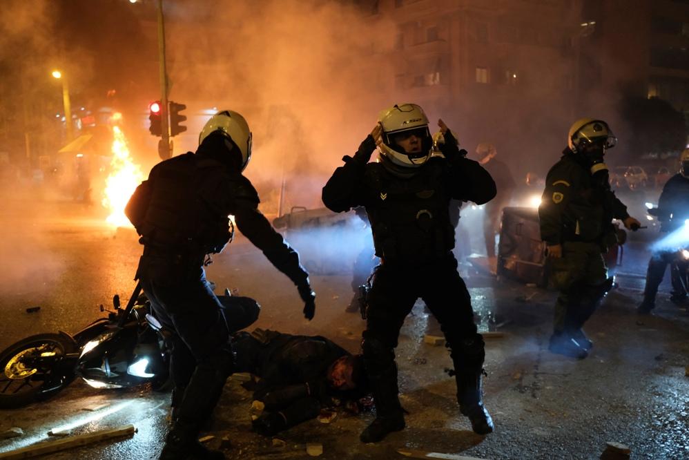 Atina: Opet neredi na ulicama, policajac teško povređen