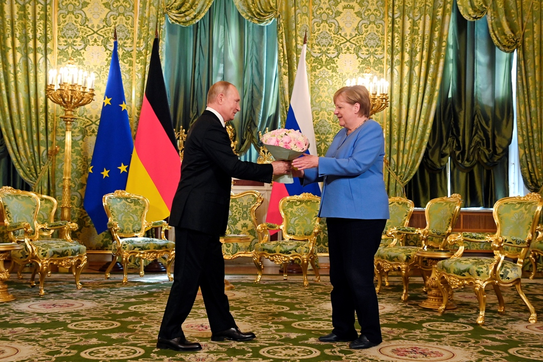 Putin poklonio buket cveća Angeli Merkel