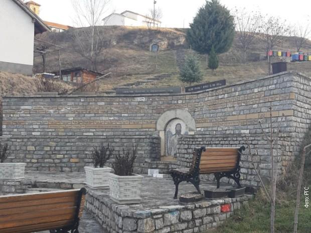 Oskrnavljen spomenik nestalima u Velikoj Hoči