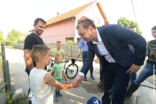Vučić u Borči sa građanima kojima je nevreme nanelo štetu (foto)