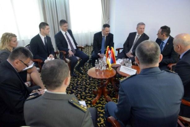 Vulin sa ministrom odbrane Mađarske o saradnji