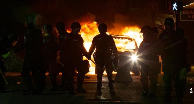Burno ispred Bele kuće - vatra, suzavac i biber sprej