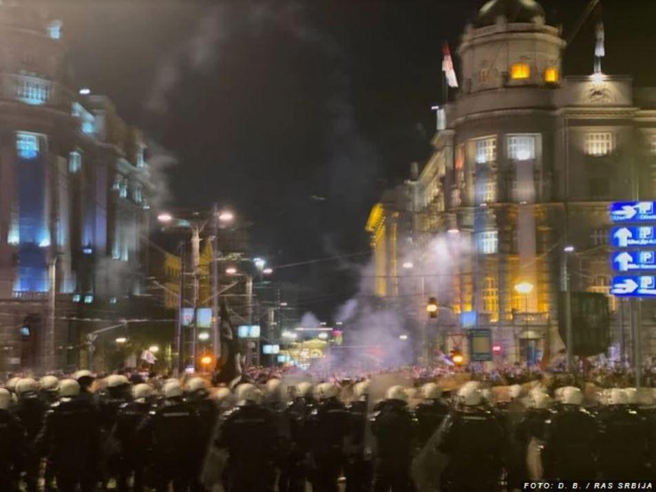Protest antivaksera i antiglobalista u Beogradu, kordoni policije na više punktova