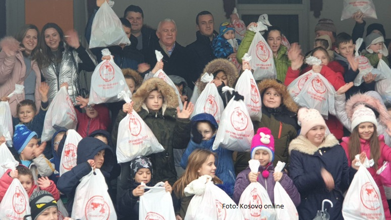 Poklon paketi iz Republike Srpske obradovali decu u Velikoj Hoči