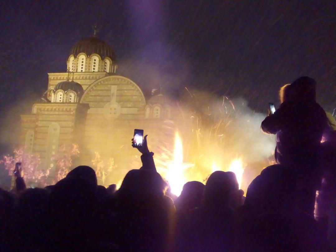 Veliki broj vernika okupljen u crkvi Svetog Dimitrija u Severnoj Mitrovici