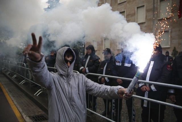 Tirana: Demonstranti gađali kordon policije i zgradu vlade dimnim bombama