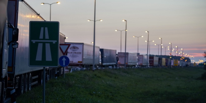 Umeren do pojačan saobraćaj, na Batrovcima kamioni 14 sati