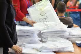 Tužilac i policija prisustvuju brojanju glasova