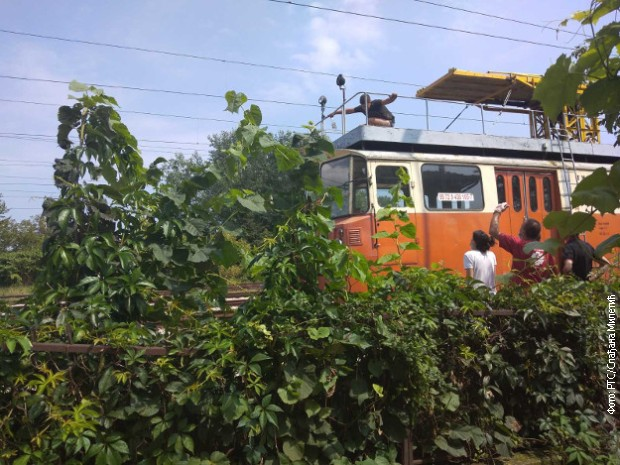 Dečak se popeo na železničko vozilo, povređen od strujnog udara