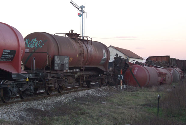 Izbegnuta katastrofa: Cisterna sa amonijakom isklizla iz šina